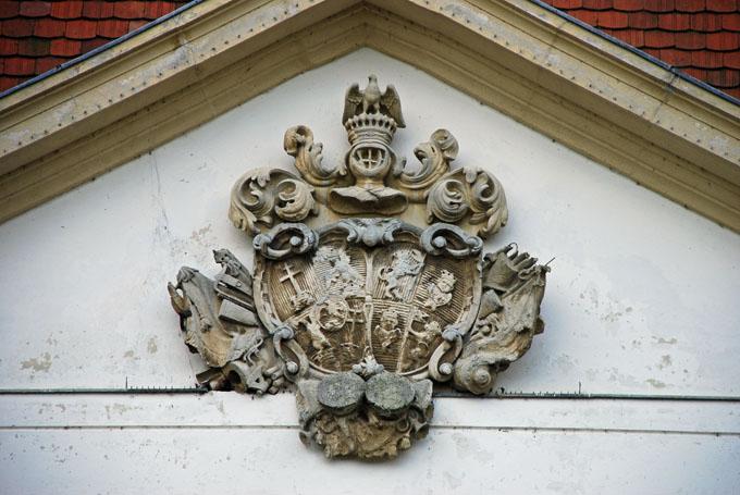 A Széchényi-címer a kastély homlokzatán